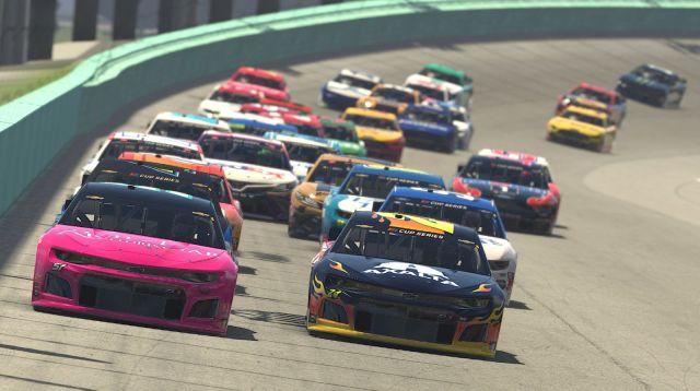 NASCAR – Echte coureurs racen virtueel tegen elkaar.